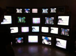 ERROR TEKK - Videoinstallation mit 24 Fernsehern