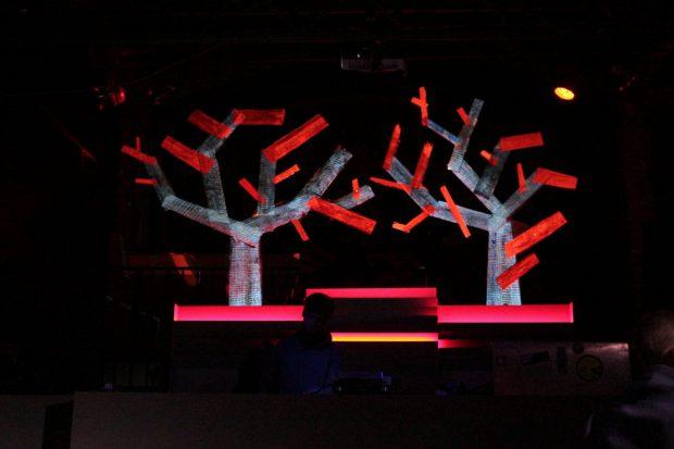 Rekontextualisierte Bäume aus den Schnittresten der Sägeroboter